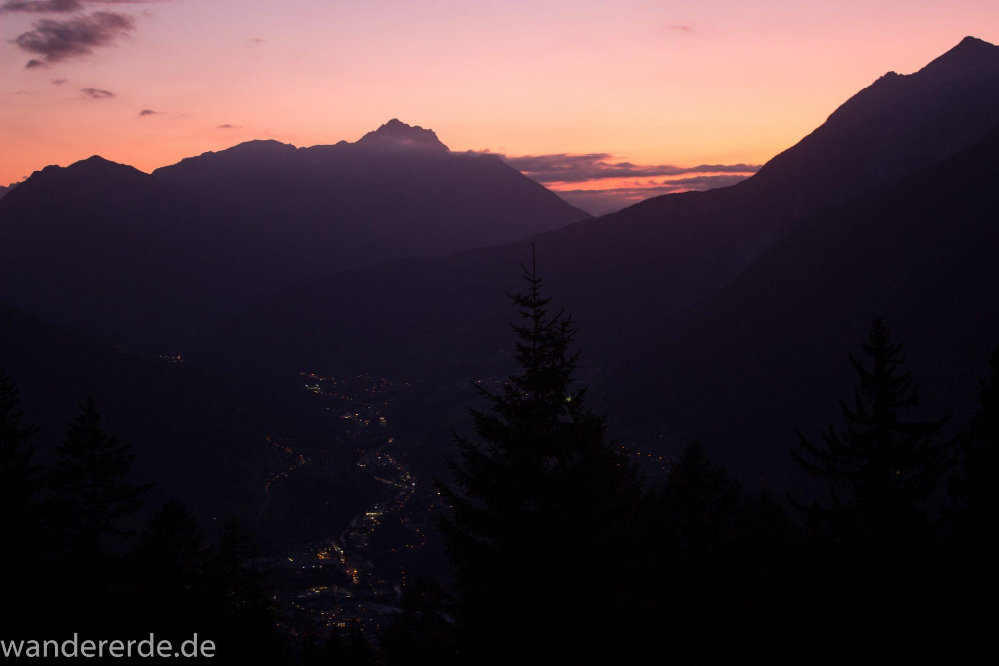 Alpenüberquerung Fernwanderweg E5 Oberstdorf Meran, 3. Etappe von Memminger Hütte zur Skihütte Zams, nach Erreichen des Ortes Zams geht es mit der Venetbergbahn zur Mittelstation des Berges Venet und dann in kurzer Zeit zur Skihütte Zams, hier Aussicht auf Sonnenuntergang von der Skihütte Zams, im Tal Ort Zams