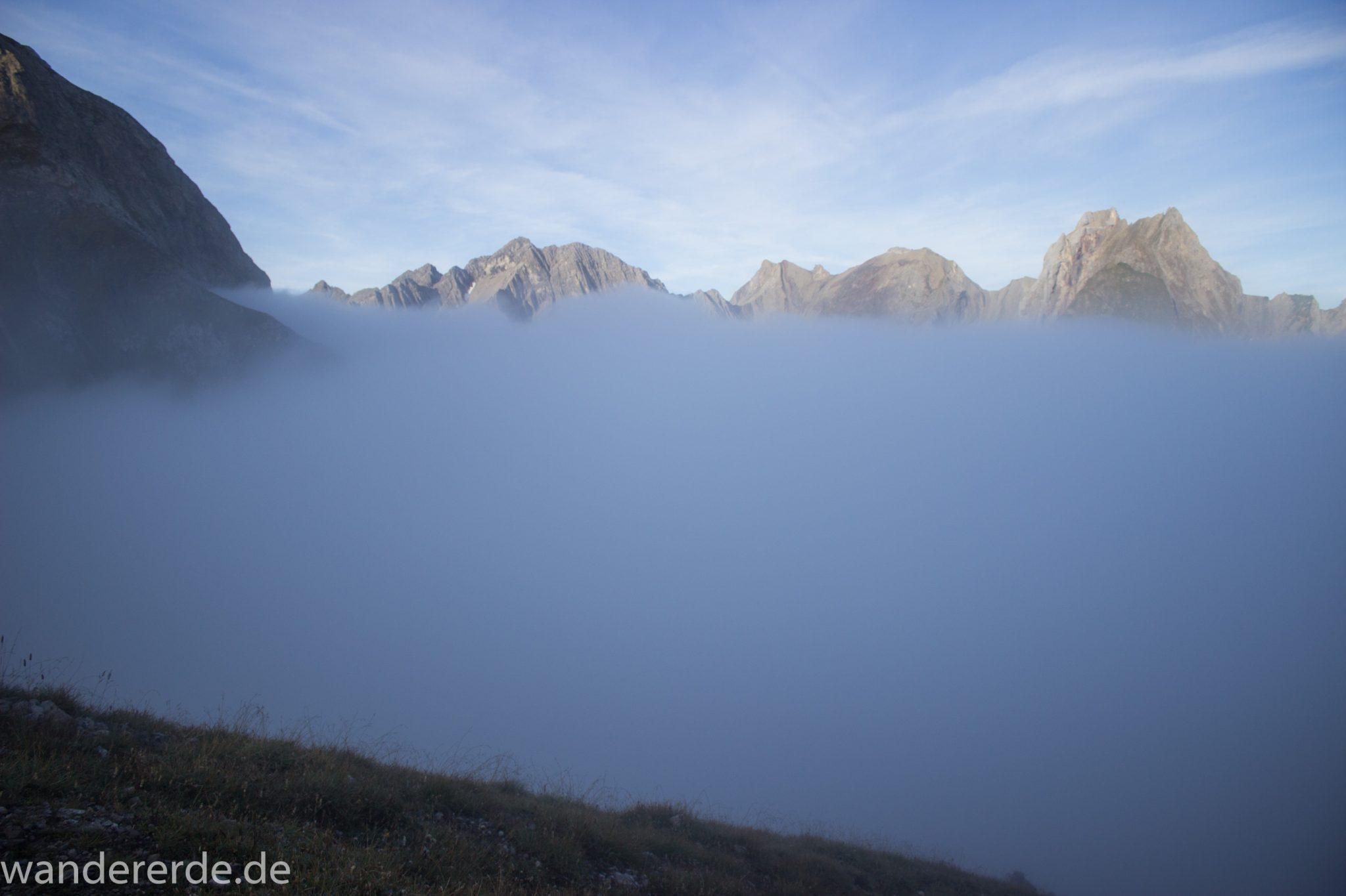 Alpenüberquerung Fernwanderweg E5 Oberstdorf Meran, 3. Etappe von Memminger Hütte zur Skihütte Zams, Berge sind am frühen Morgen noch in Nebel getaucht, aber die Sonne scheint, herrliches Wetter zum Wandern