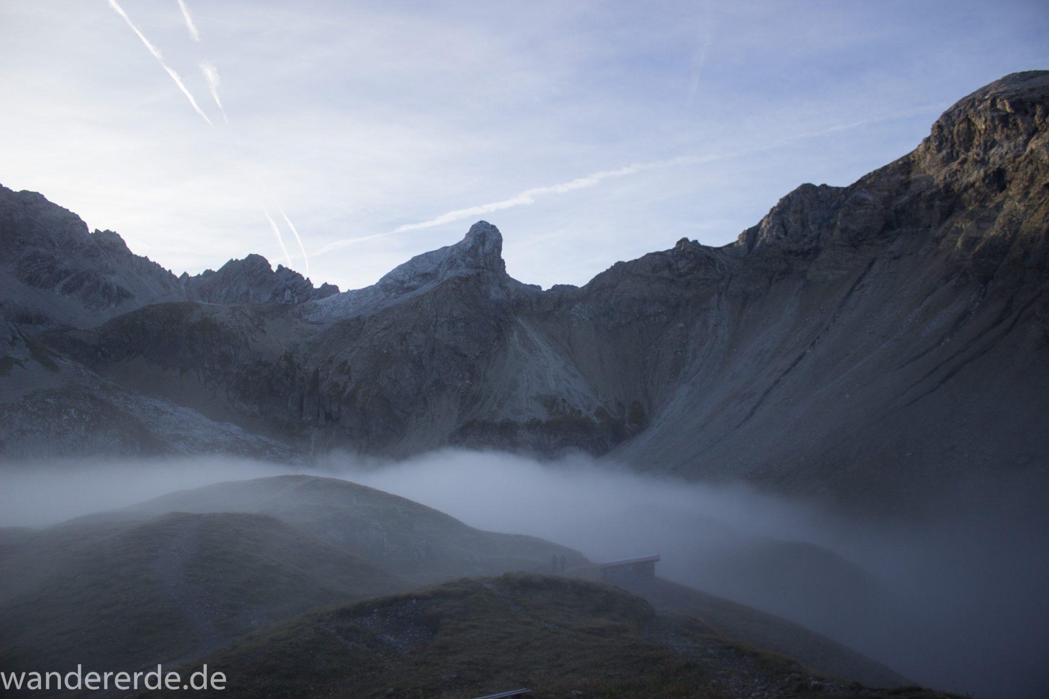 Alpenüberquerung Fernwanderweg E5 Oberstdorf Meran, 3. Etappe von Memminger Hütte zur Skihütte Zams, Berge sind am frühen Morgen noch in Nebel getaucht, aber die Sonne scheint, herrliches Wetter zum Wandern, E5 Wanderweg führt zu Beginn der dritten Etappe ab der Memminger Hütte über steilen und ausgesetzten Wanderweg über die Seescharte