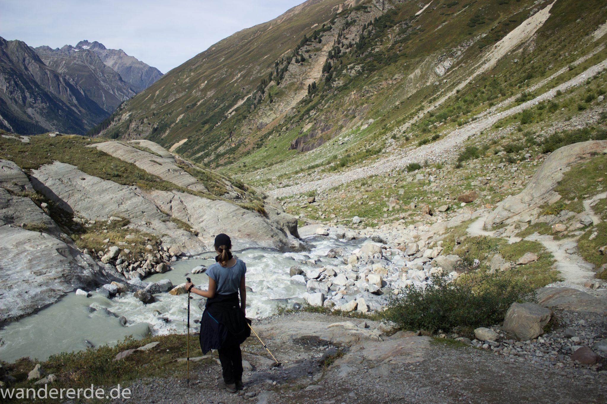 Alpenüberquerung Fernwanderweg E5 Oberstdorf Meran, 4. Etappe von Skihütte Zams zur Braunschweiger Hütte, herrliches Wanderwetter bei strahlendem Sonnenschein, Blick auf Wanderer auf schönem und schmalem Wanderweg während Aufstieg zur Braunschweiger Hütte über Wasserfall Weg, Wanderweg über Wasserfall wird zunehmend steiler und dauert lange, Aussicht auf die schönen Berge der Alpen und Wasserfall mit Gletscherwasser und noch etwas grüne Vegetation