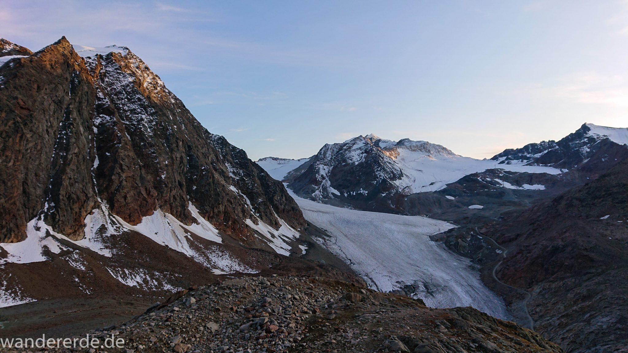 Alpenüberquerung Fernwanderweg E5 Oberstdorf Meran, 4. Etappe von Skihütte Zams zur Braunschweiger Hütte, Blick vom schönen und schmalen Wanderweg beim Aufstieg zur Braunschweiger Hütte über Wasserfall Weg, Wanderweg wird zunehmend steiler über viel Geröll und große Steine und Felsen sind zu überwinden,  Aussicht auf die schönen Berge der Alpen und Gletscher, beeindruckende Berge der Alpen türmen sich vor einem auf