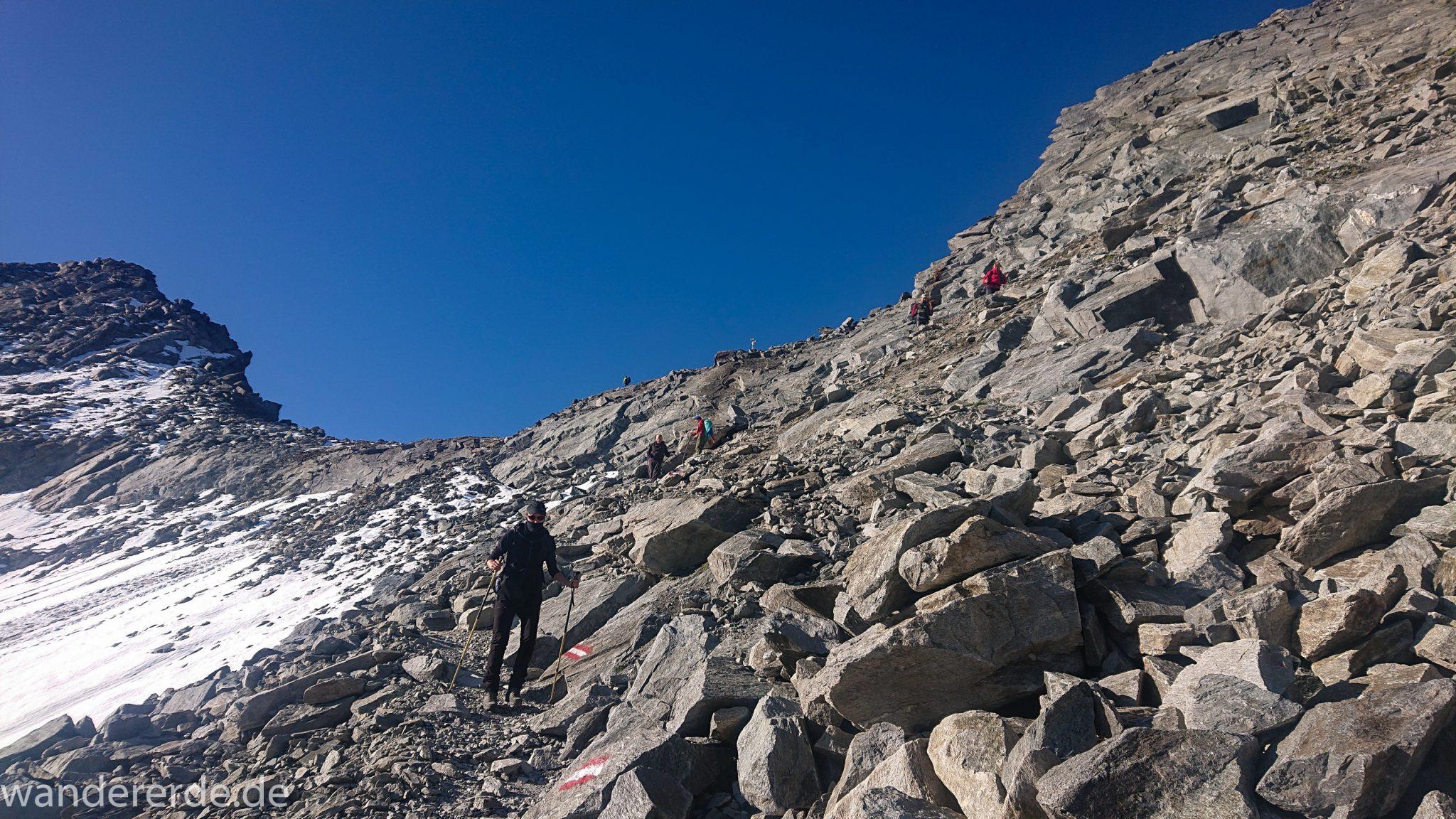 Alpenüberquerung Fernwanderweg E5 Oberstdorf Meran, 5. Etappe von Braunschweiger Hütte zur Martin-Busch-Hütte, zu Beginn der 5. Etappe steiler und schmaler Wanderweg mit viel Geröll hinauf zum Pitztaler Jöchl, nach Erreichen des Pitztaler Jöchl auf anderer Seite sehr steiler Abstieg über grobes Geröll mit teils schwierigen Abschnitten mit Sicherungen durch Drahtseil und Trittstufen aus Metall, sehr beeindruckende Bergwelt in den Alpen mit Resten von Schneefeldern, Wegmarkierung an sehr großen Felsen und Steinen, Abstieg später von einem großen Stein zum nächsten hüpfen, sehr abwechslungsreich