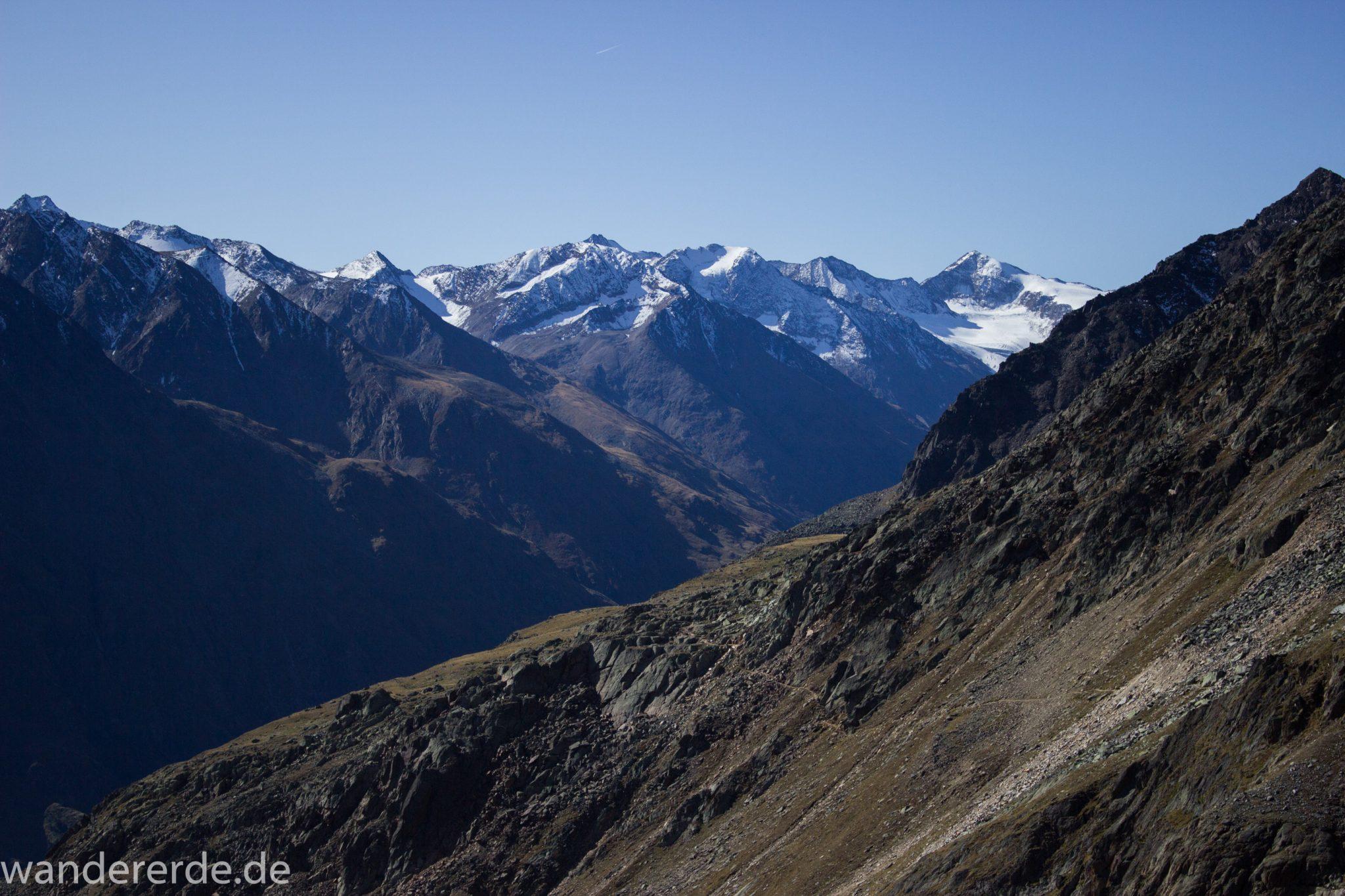 Alpenüberquerung Fernwanderweg E5 Oberstdorf Meran, 5. Etappe von Braunschweiger Hütte zur Martin-Busch-Hütte, nach Überschreiten des Pitztaler Jochls geht es mit dem Bus durch den Rosi-Mittermeier-Tunnel, dann in 4 Stunden auf dem neuen Panoramaweg nach Vent, sehr abwechslungsreiche Wegführung auf schmalem, schönem Wanderweg, Zeit vergeht schnell, immer nur kurze Abschnitte ansteigend bergauf, dann wieder bergab, zauberhafte Ausblicke auf die umliegenden Berge