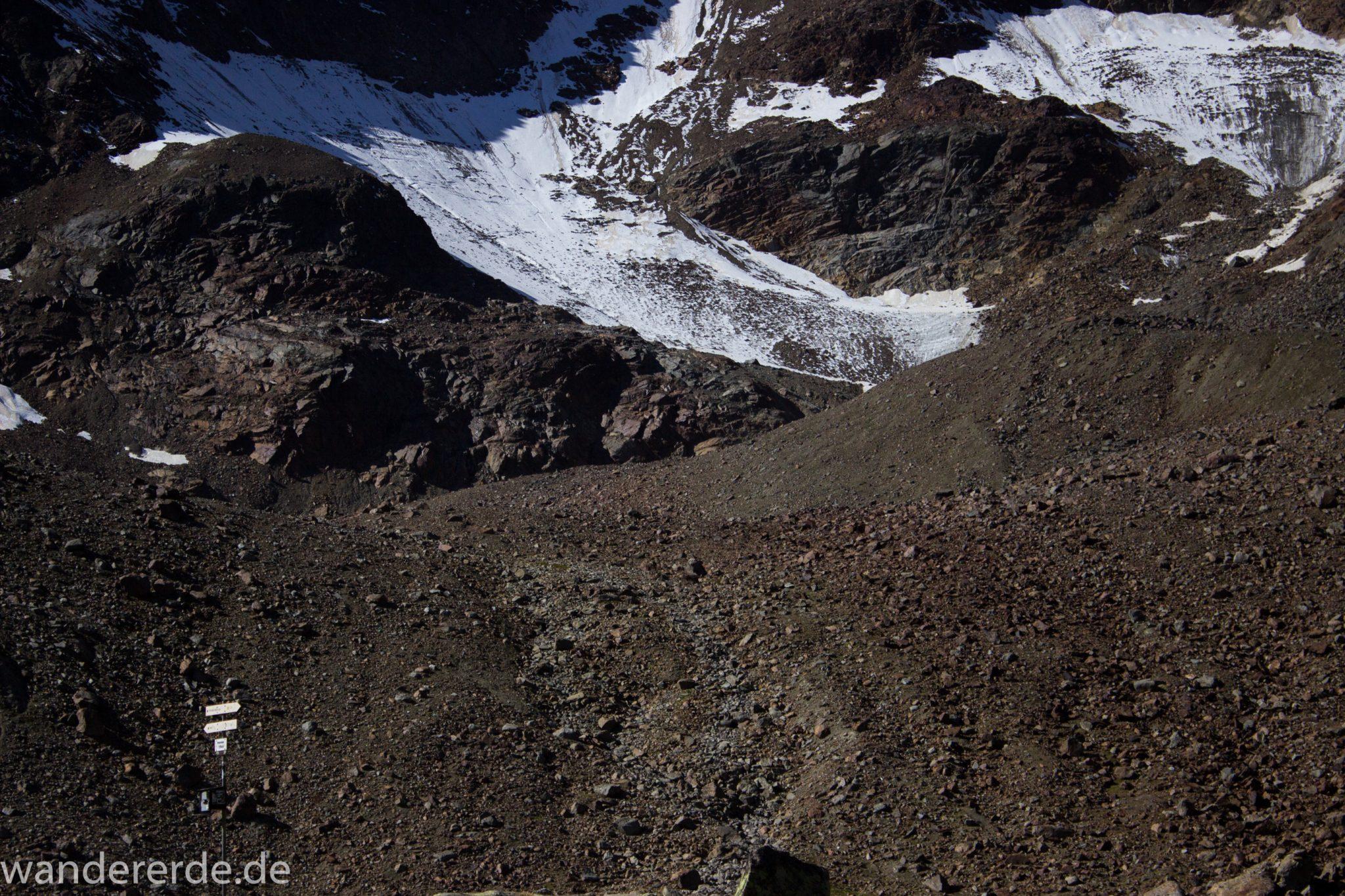 Alpenüberquerung Fernwanderweg E5 Oberstdorf Meran, 5. Etappe von Braunschweiger Hütte zur Martin-Busch-Hütte, Wanderung auf dem neuen Panoramaweg nach Vent dauert 4 Stunden, sehr abwechslungsreiche Wegführung auf schmalem, schönem Wanderweg, Zeit vergeht schnell, immer nur kurze Abschnitte ansteigend bergauf, dann wieder bergab, zauberhafte Ausblicke auf die umliegenden Berge mit Schneefeldern, Wegmarkierung sichtbar, Berghänge mit grobem Geröll, herrliches Wetter zum Wandern bei strahlendem Sonnenschein