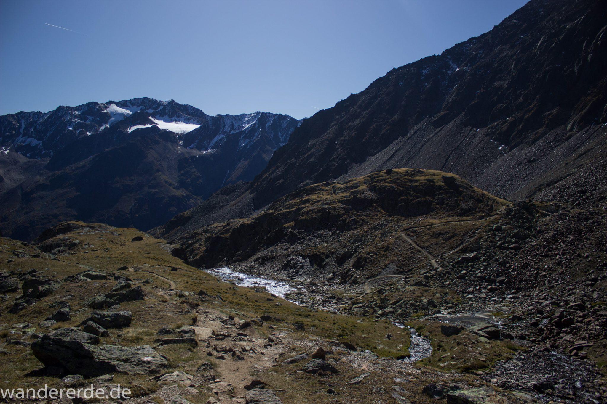Alpenüberquerung Fernwanderweg E5 Oberstdorf Meran, 5. Etappe von Braunschweiger Hütte zur Martin-Busch-Hütte, Wanderung auf dem neuen Panoramaweg nach Vent dauert 4 Stunden, sehr abwechslungsreiche Wegführung auf schmalem, schönem Wanderweg, Zeit vergeht schnell, immer nur kurze Abschnitte ansteigend bergauf, dann wieder bergab, zauberhafte Ausblicke auf die umliegenden Berge und ins Tal, herrliches Wetter zum Wandern bei strahlendem Sonnenschein, Blick auf Hochebene mit kleinem Bach und Wanderweg