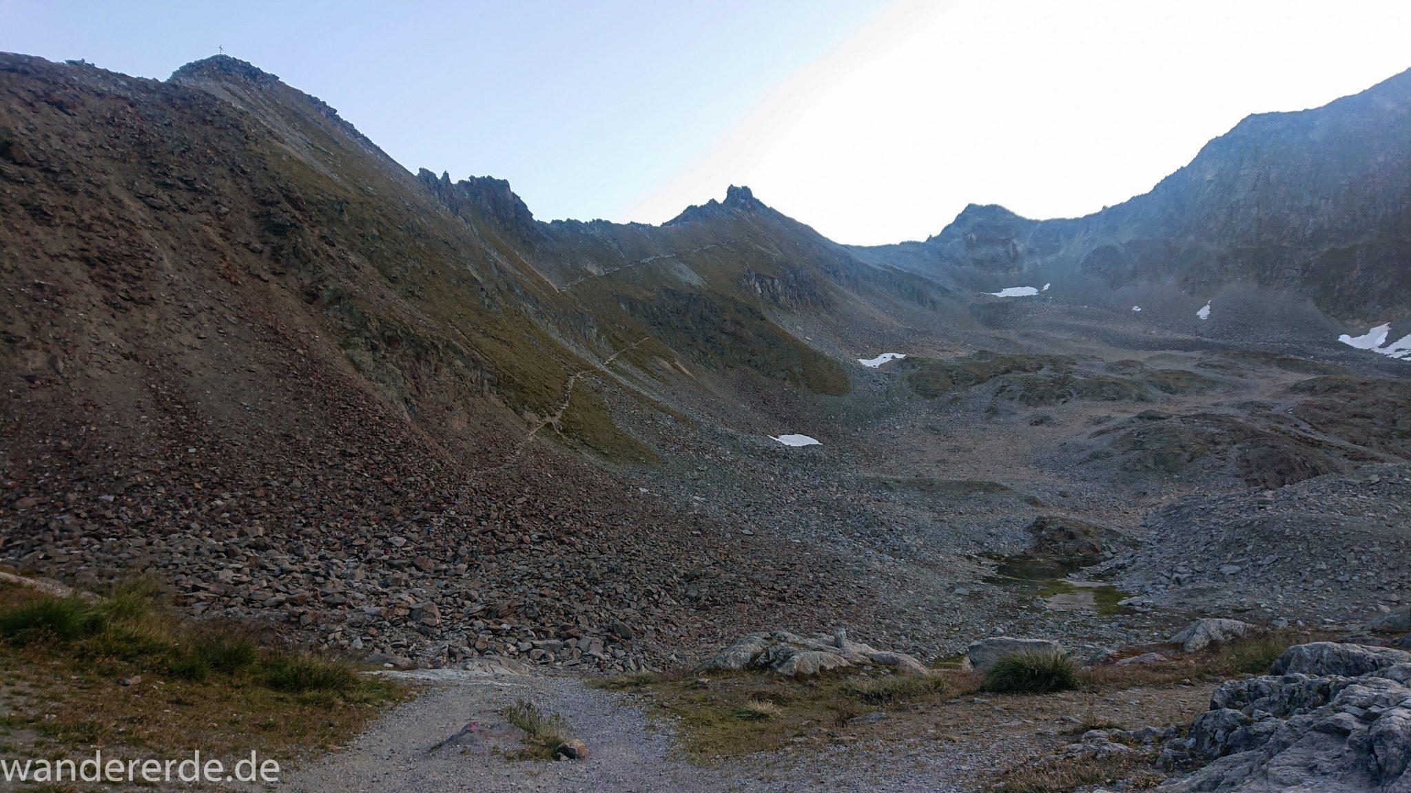 Alpenüberquerung Fernwanderweg E5 Oberstdorf Meran, 5. Etappe von Braunschweiger Hütte zur Martin-Busch-Hütte, zu Beginn der 5. Etappe Blick auf steilen und schmalen Wanderweg mit viel Geröll hinauf zum Pitztaler Jöchl, beeindruckende Berge türmen sich vor einem auf, Reste von Schneefeldern