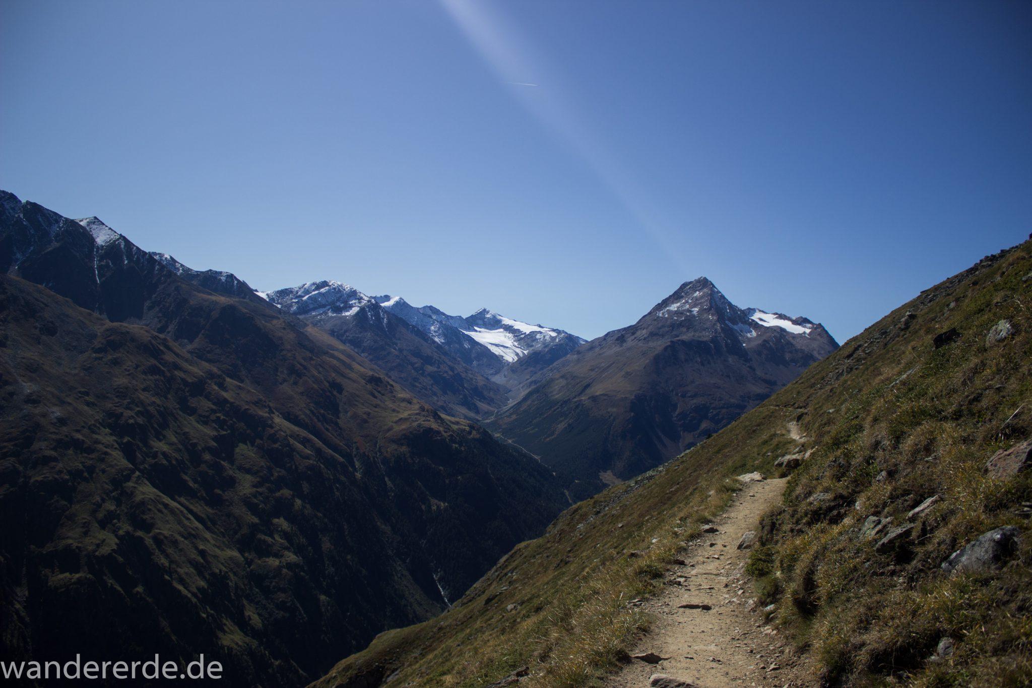 Alpenüberquerung Fernwanderweg E5 Oberstdorf Meran, 5. Etappe von Braunschweiger Hütte zur Martin-Busch-Hütte, Wanderung auf dem neuen Panoramaweg nach Vent dauert 4 Stunden, sehr abwechslungsreiche Wegführung auf schmalem, schönem Wanderweg, Zeit vergeht schnell, immer nur kurze Abschnitte ansteigend bergauf, dann wieder bergab, zauberhafte Ausblicke auf die umliegenden Berge und ins Tal, herrliches Wetter zum Wandern bei strahlendem Sonnenschein, Blick auf Wanderweg am Berghang entlang