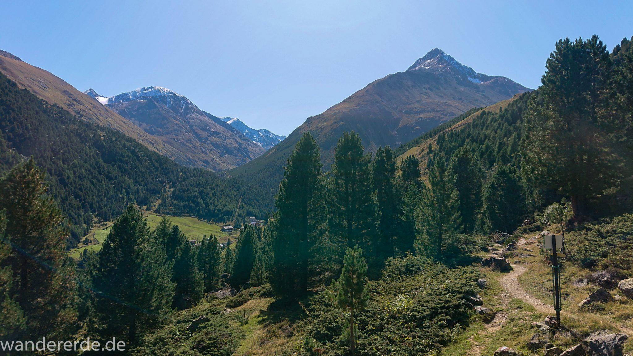 Alpenüberquerung Fernwanderweg E5 Oberstdorf Meran, 5. Etappe von Braunschweiger Hütte zur Martin-Busch-Hütte, Wanderung auf dem neuen Panoramaweg nach Vent dauert 4 Stunden, sehr abwechslungsreiche Wegführung auf schmalem, schönem Wanderweg, Zeit vergeht schnell, immer nur kurze Abschnitte ansteigend bergauf, dann wieder bergab teils durch schönen Wald, zum Schluss breiterer Weg, der über steile Abschnitte abgekürzt werden kann, zauberhafte Ausblicke auf die umliegenden Berge und ins Tal, herrliches Wetter zum Wandern bei strahlendem Sonnenschein, Ort Vent ist links sichtbar