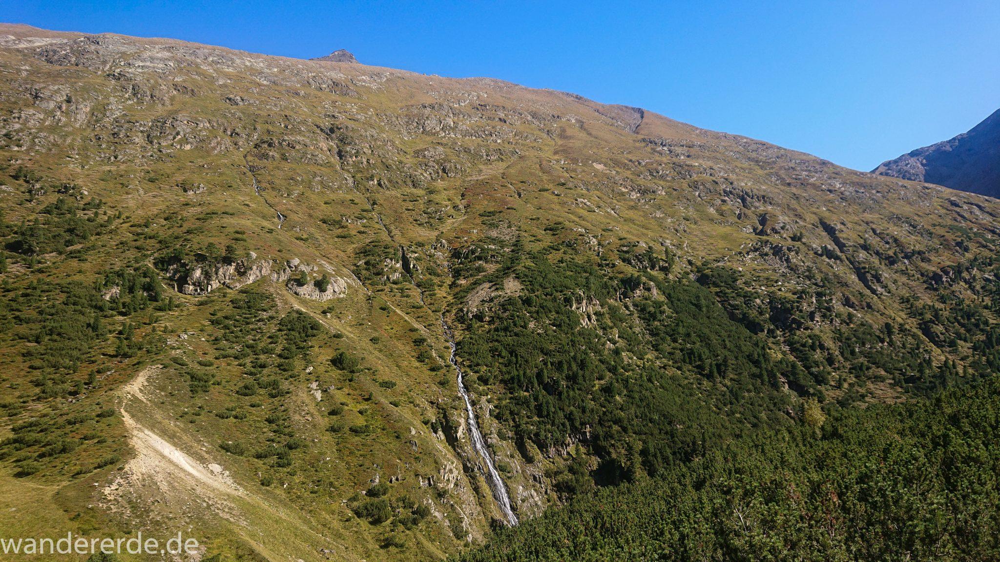 Alpenüberquerung Fernwanderweg E5 Oberstdorf Meran, 5. Etappe von Braunschweiger Hütte zur Martin-Busch-Hütte, nach Wanderung auf dem neuen Panoramaweg nach Vent folgt Anstieg zur Martin-Busch-Hütte, zunächst sehr steile Abkürzung am Lift entlang, Ausblick auf Wasserfall und Berge, herrliches Wetter zum Wandern bei strahlendem Sonnenschein