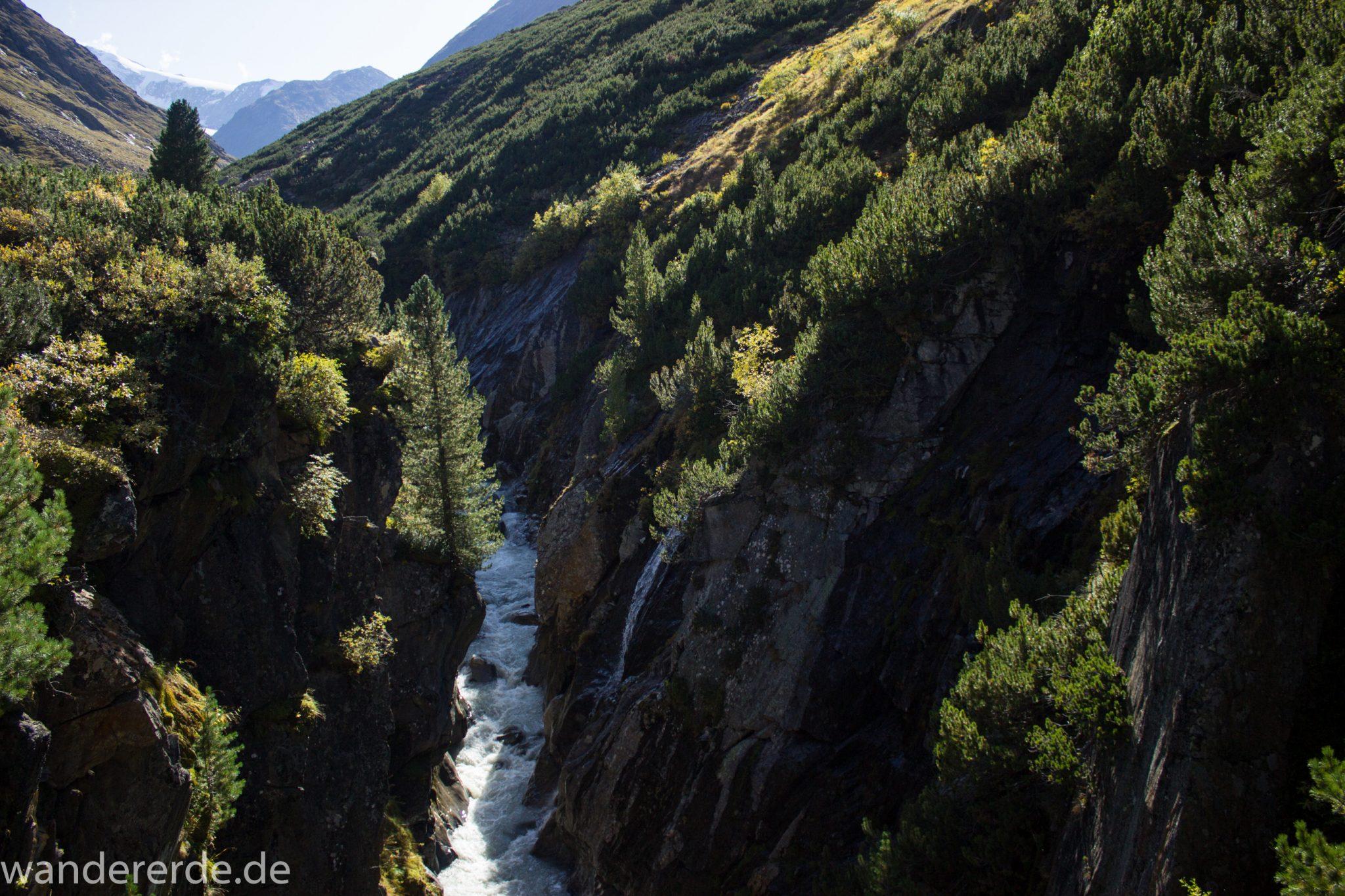 Alpenüberquerung Fernwanderweg E5 Oberstdorf Meran, 5. Etappe von Braunschweiger Hütte zur Martin-Busch-Hütte, nach Wanderung auf dem neuen Panoramaweg nach Vent folgt Anstieg zur Martin-Busch-Hütte, nach sehr steiler Abkürzung am Lift entlang folgt mäßige Steigung, herrliches Wetter zum Wandern bei strahlendem Sonnenschein, zauberhafter Ausblick auf die umliegenden Berge und ins Tal mit Fluss und grüner Vegetation