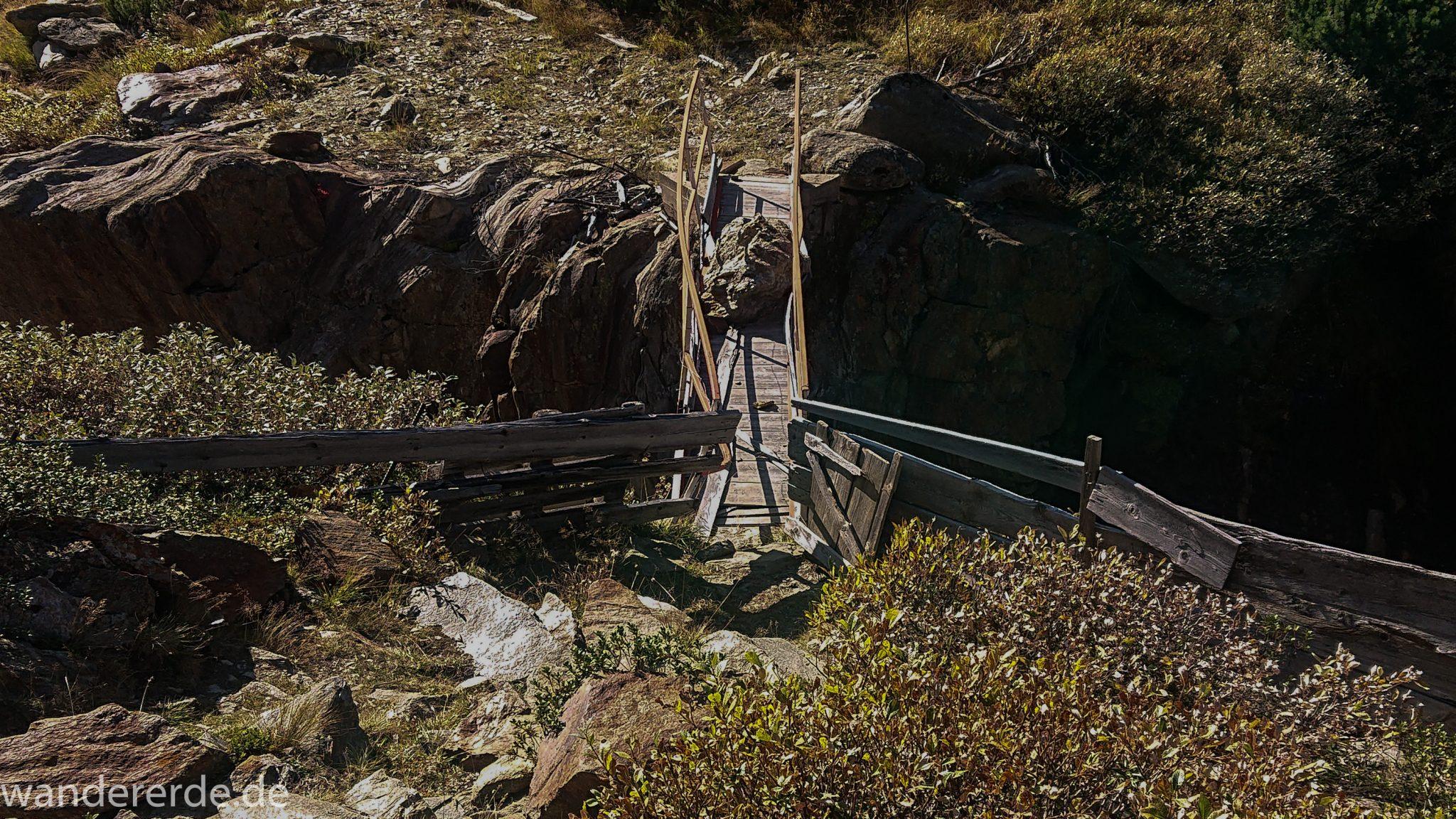 Alpenüberquerung Fernwanderweg E5 Oberstdorf Meran, 5. Etappe von Braunschweiger Hütte zur Martin-Busch-Hütte, nach Wanderung auf dem neuen Panoramaweg nach Vent folgt Anstieg zur Martin-Busch-Hütte, nach sehr steiler Abkürzung am Lift entlang folgt mäßige Steigung, herrliches Wetter zum Wandern bei strahlendem Sonnenschein, wegen Steinschlag gesperrter ursprünglicher Weg muss auf anderer Bergseite umgangen werden, Macht der Natur sichtbar an riesigem Stein der auf Brücke gefallen ist