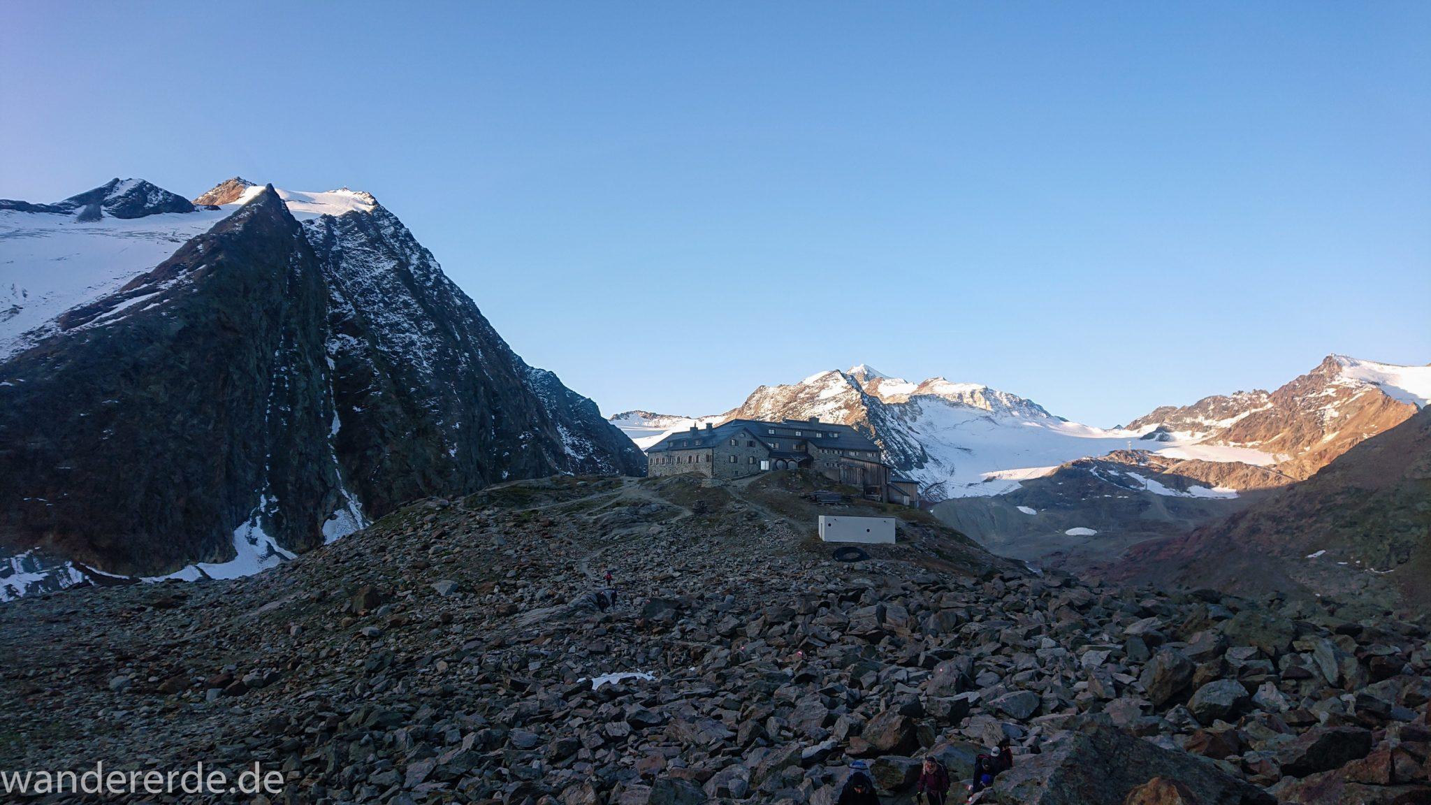 Alpenüberquerung Fernwanderweg E5 Oberstdorf Meran, 5. Etappe von Braunschweiger Hütte zur Martin-Busch-Hütte, zu Beginn der 5. Etappe Blick zurück auf die Braunschweiger Hütte und die umliegenden Berge der Alpen, danach steiler und schmaler Wanderweg mit viel Geröll hinauf zum Pitztaler Jöchl, beeindruckende Berge türmen sich vor einem auf, Reste von Schneefeldern