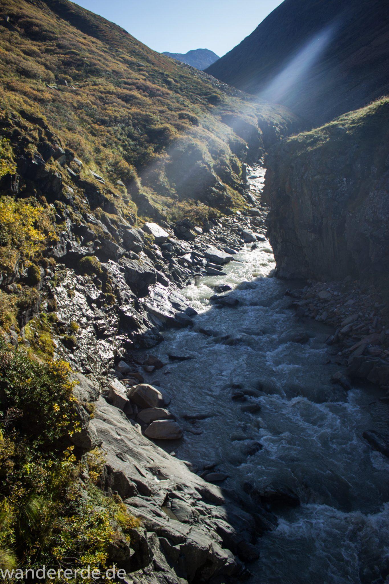 Alpenüberquerung Fernwanderweg E5 Oberstdorf Meran, 5. Etappe von Braunschweiger Hütte zur Martin-Busch-Hütte, nach Wanderung auf dem neuen Panoramaweg nach Vent folgt Anstieg zur Martin-Busch-Hütte, herrliches Wetter zum Wandern bei strahlendem Sonnenschein, wegen Steinschlag gesperrter ursprünglicher Weg muss auf anderer Bergseite umgangen werden, Wegverlauf auf schmalem Pfad bis runter zum Fluss ist schön, Ausblick ins Tal mit Fluss und grüner Vegetation
