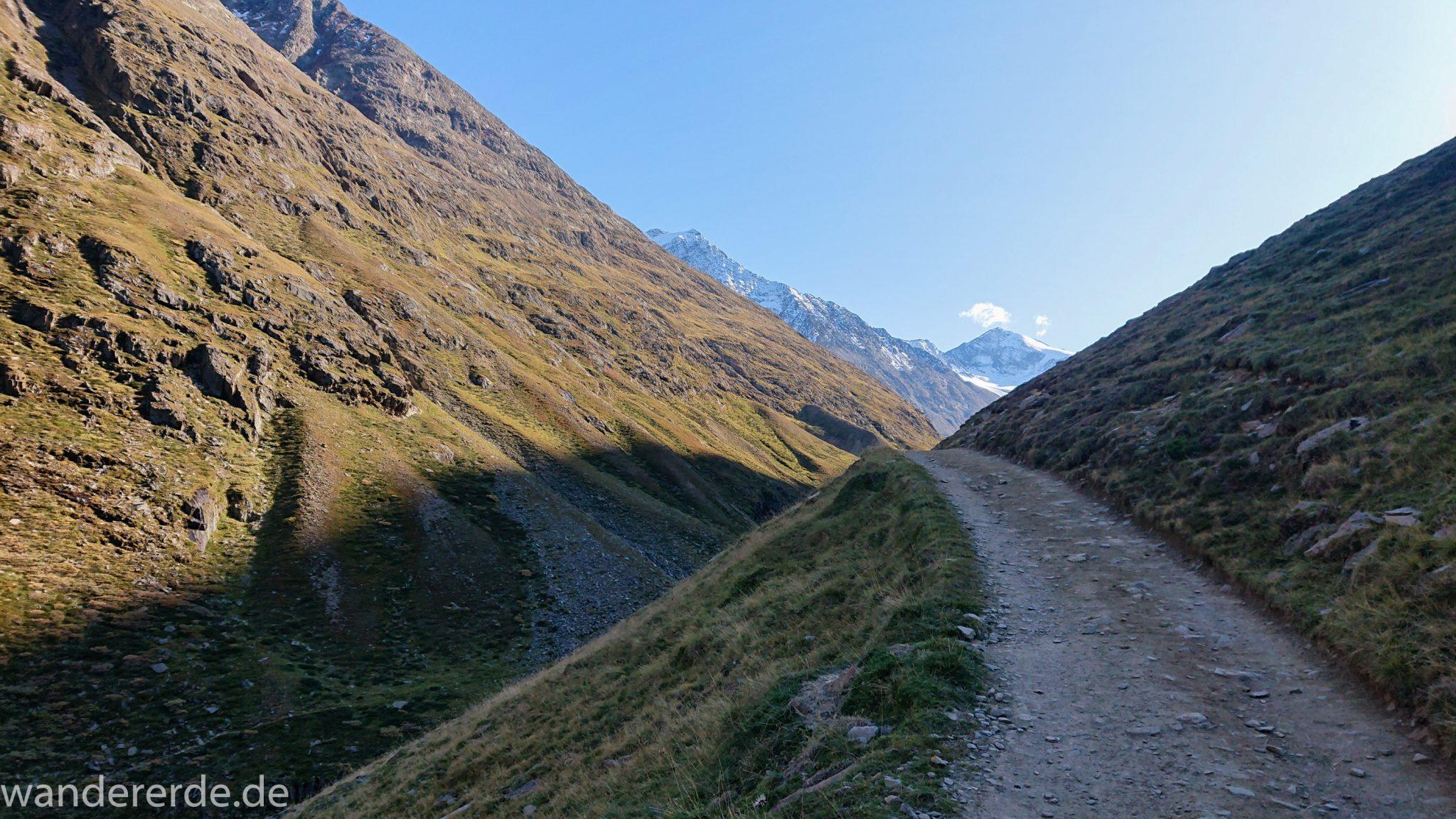 Alpenüberquerung Fernwanderweg E5 Oberstdorf Meran, 5. Etappe von Braunschweiger Hütte zur Martin-Busch-Hütte, nach Wanderung auf dem neuen Panoramaweg nach Vent folgt Anstieg zur Martin-Busch-Hütte, herrliches Wetter zum Wandern bei strahlendem Sonnenschein, wegen Steinschlag gesperrter ursprünglicher Weg muss auf anderer Bergseite umgangen werden, danach wird Wegverlauf auf breiterem Wanderweg wieder steiler und will nicht enden, Ausblick auf Berge der Alpen und ins Tal mit Fluss und grüner Vegetation