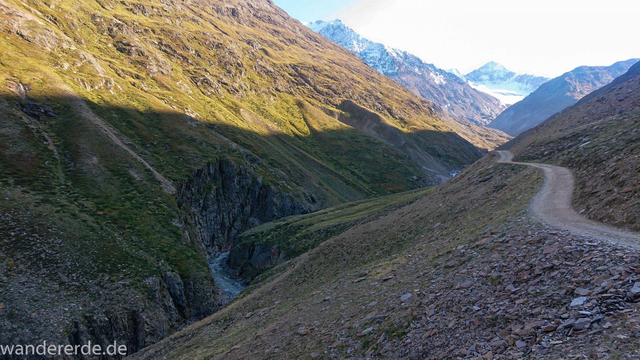 Alpenüberquerung Fernwanderweg E5 Oberstdorf Meran, 5. Etappe von Braunschweiger Hütte zur Martin-Busch-Hütte, nach Wanderung auf dem neuen Panoramaweg nach Vent folgt Anstieg zur Martin-Busch-Hütte, herrliches Wetter zum Wandern bei strahlendem Sonnenschein, wegen Steinschlag gesperrter ursprünglicher Weg muss auf anderer Bergseite umgangen werden, danach wird Wegverlauf auf breiterem Wanderweg wieder steiler und will nicht enden, Ausblick auf Berge der Alpen und ins Tal mit Fluss und grüner Vegetation, Weg führt durch schöne Schlucht