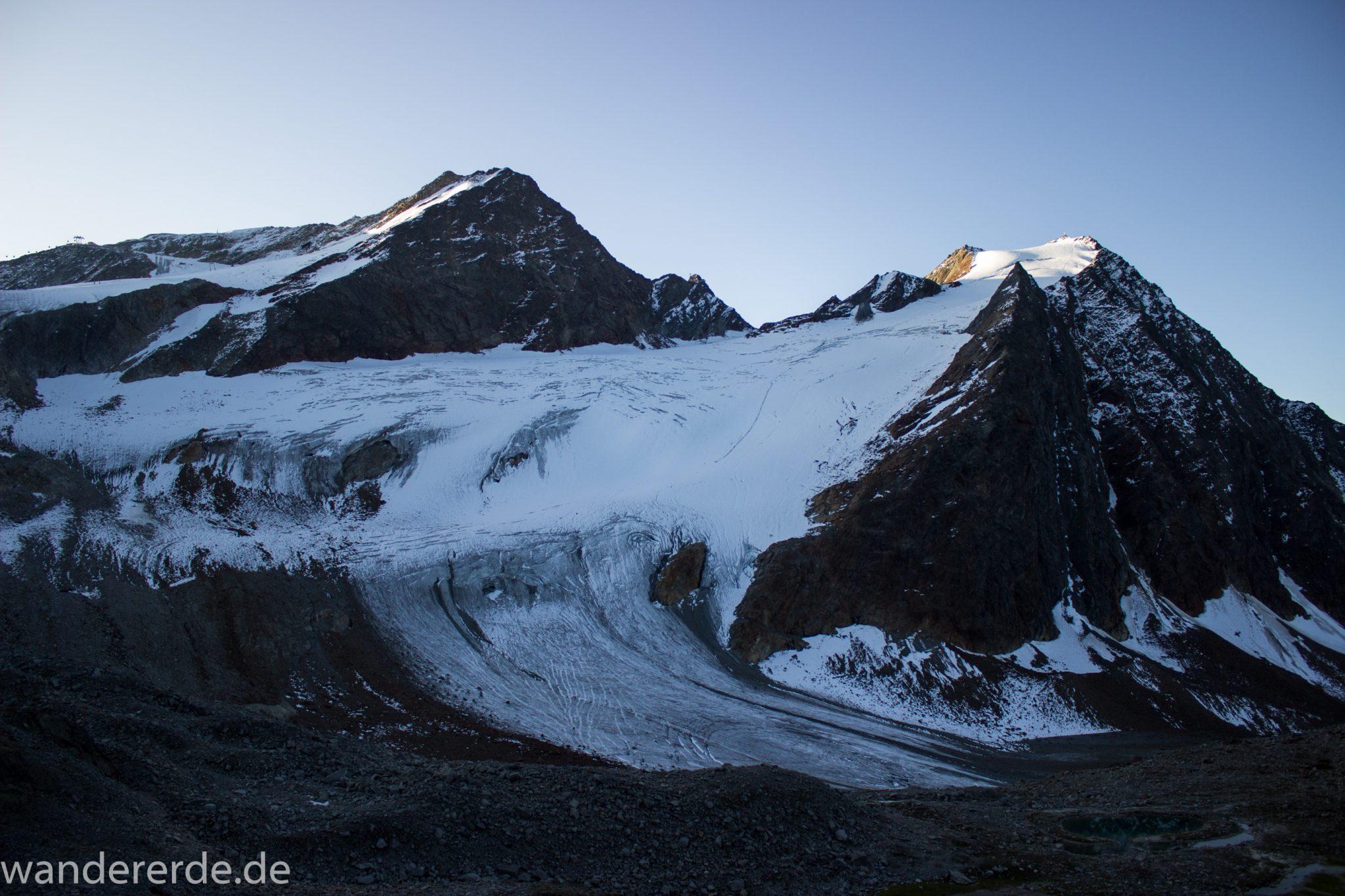 Alpenüberquerung Fernwanderweg E5 Oberstdorf Meran, 5. Etappe von Braunschweiger Hütte zur Martin-Busch-Hütte, zu Beginn der 5. Etappe steiler und schmaler Wanderweg mit viel Geröll hinauf zum Pitztaler Jöchl, beeindruckende Berge türmen sich vor einem auf, teils große Schneefelder in der Nähe der Gipfel