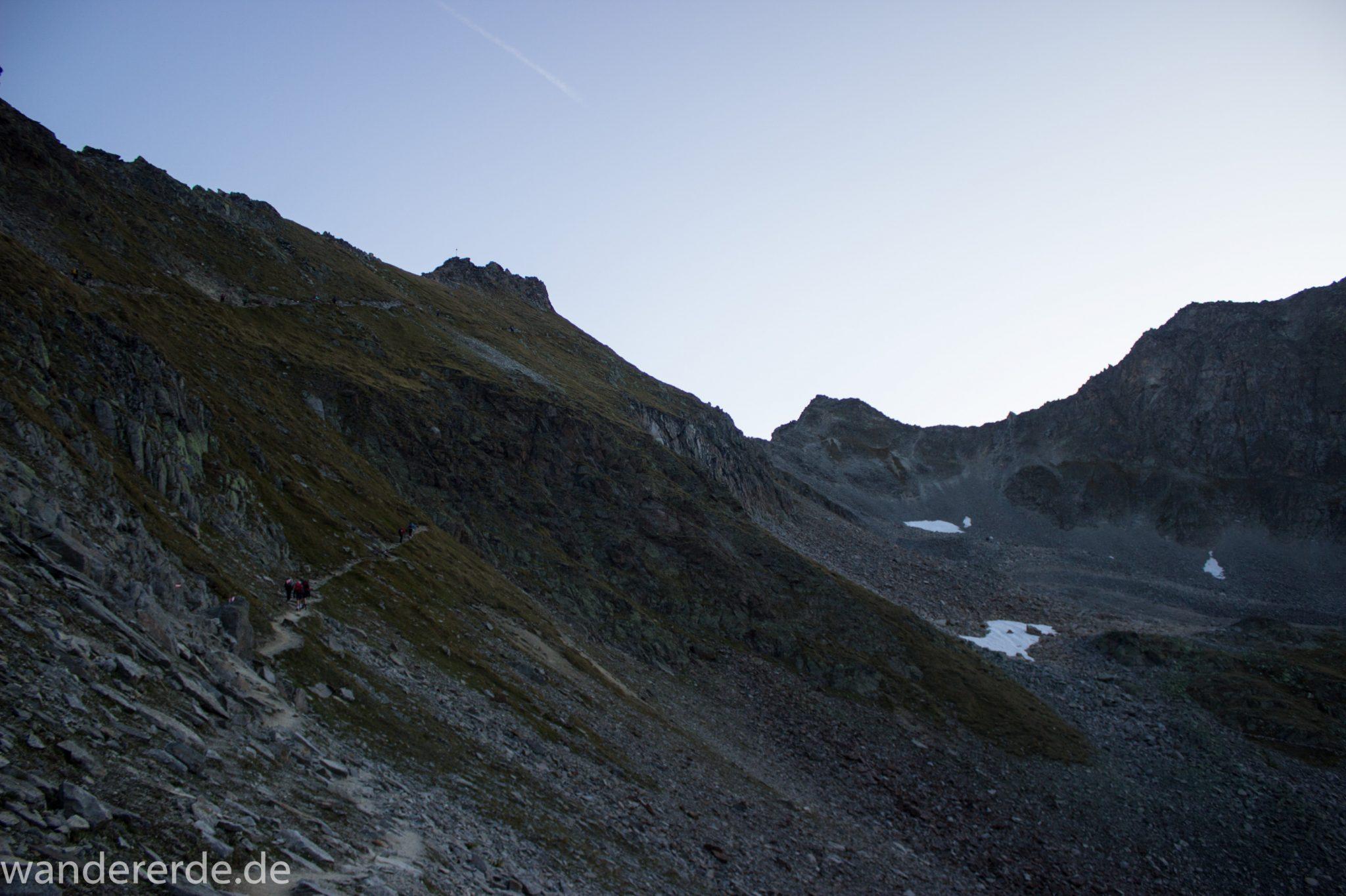 Alpenüberquerung Fernwanderweg E5 Oberstdorf Meran, 5. Etappe von Braunschweiger Hütte zur Martin-Busch-Hütte, zu Beginn der 5. Etappe Blick auf Wanderer unterwegs auf steilem und schmalem Wanderweg mit viel Geröll hinauf zum Pitztaler Jöchl, beeindruckende Berge türmen sich vor einem auf, Reste von Schneefeldern