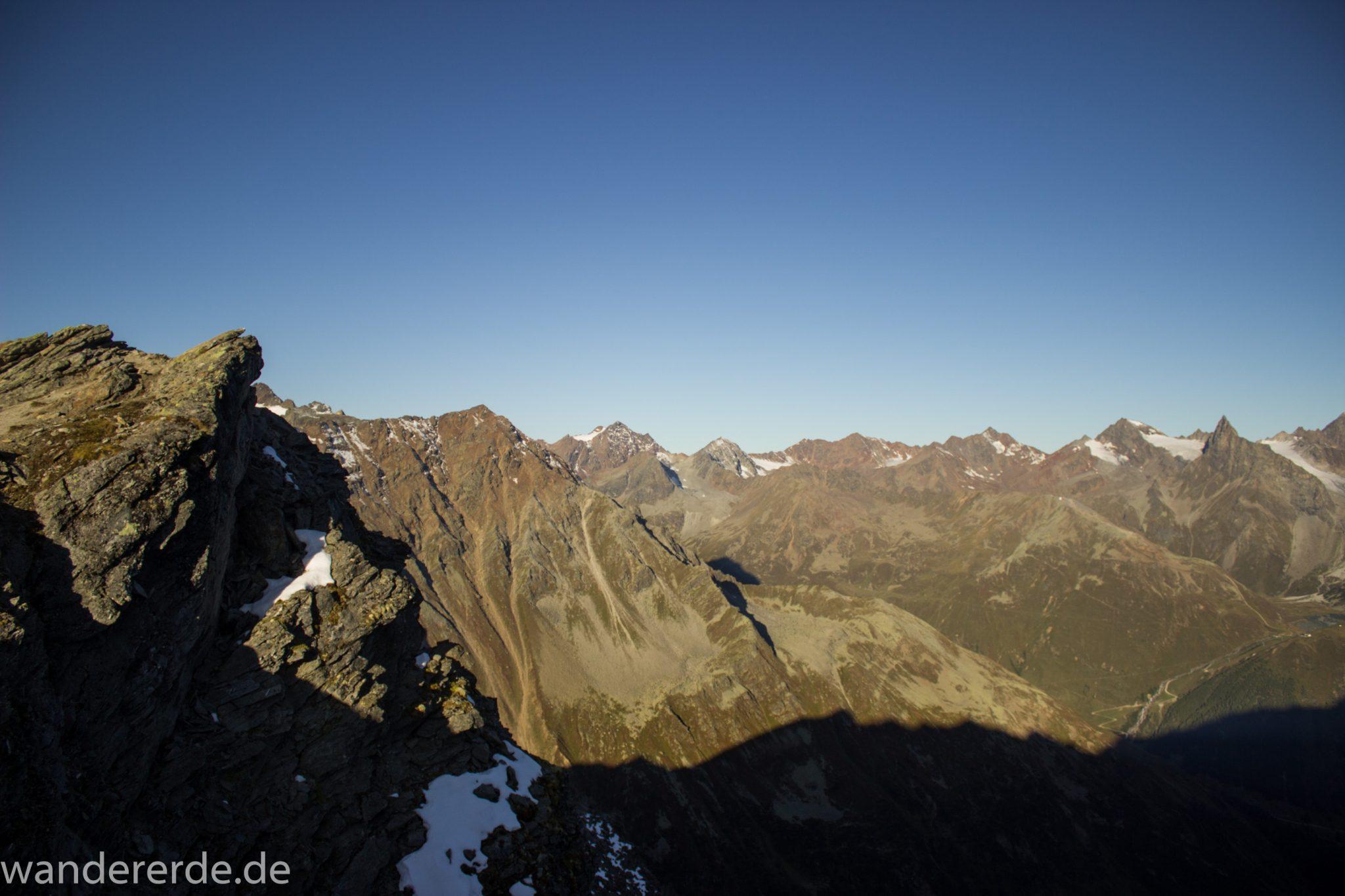Alpenüberquerung Fernwanderweg E5 Oberstdorf Meran, 5. Etappe von Braunschweiger Hütte zur Martin-Busch-Hütte, zu Beginn der 5. Etappe steiler und schmaler Wanderweg mit viel Geröll hinauf zum Pitztaler Jöchl, Aussicht von kleiner Ebene während des Aufstiegs auf beeindruckende Berge, Reste von Schneefeldern in der Nähe der Gipfel