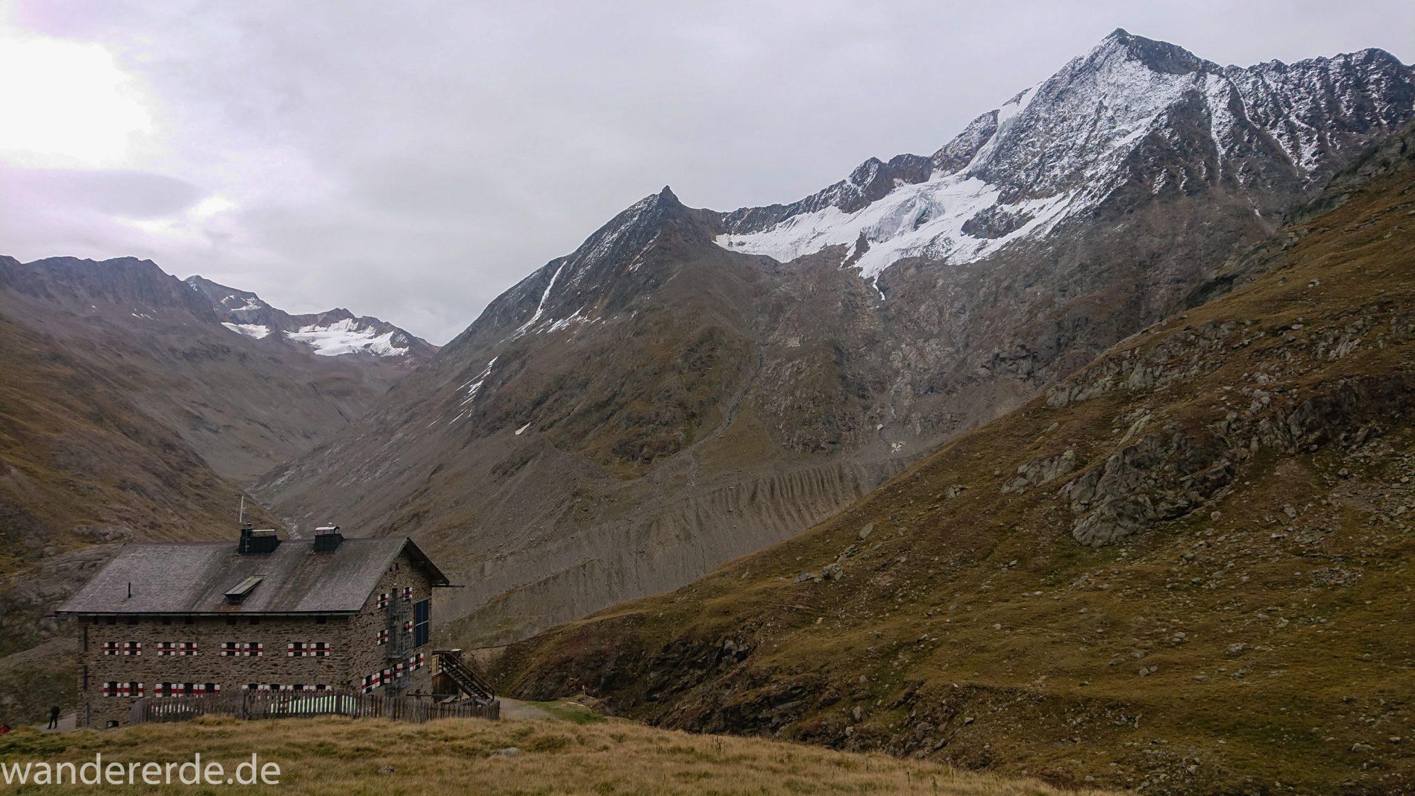 Alpenüberquerung Fernwanderweg E5 Oberstdorf Meran, 6. Etappe von Martin-Busch-Hütte nach Vernagt / Meran, Blick auf Martin-Busch-Hütte und umliegende sehr beeindruckende Berge, teils mit Schnee bedeckt