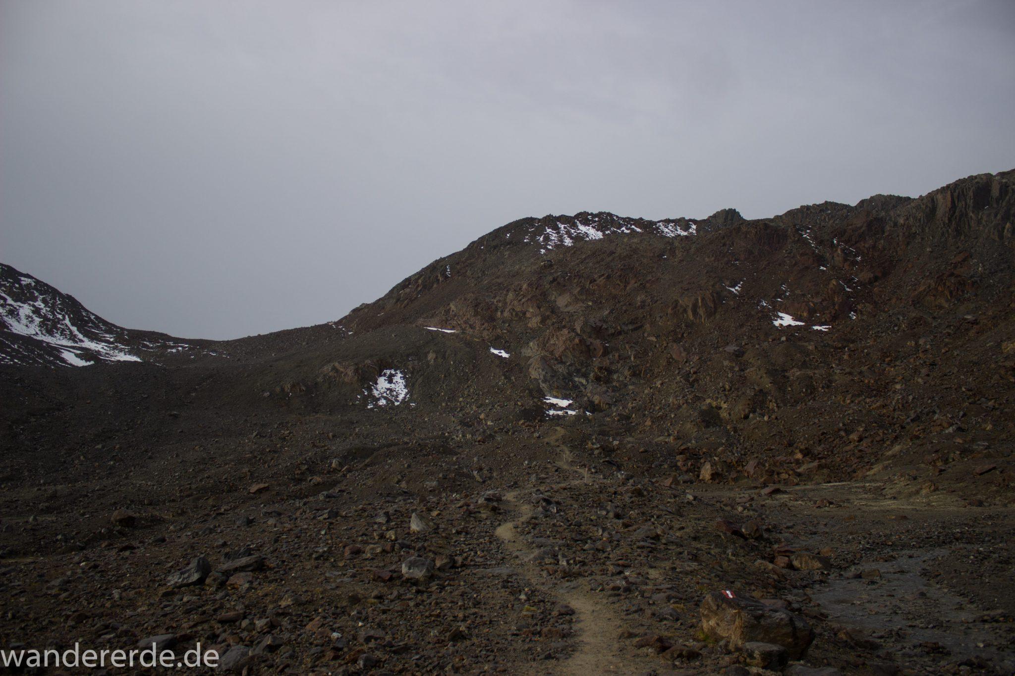 Alpenüberquerung Fernwanderweg E5 Oberstdorf Meran, 6. Etappe von Martin-Busch-Hütte nach Vernagt / Meran, die letzte Etappe der Alpenüberquerung auf dem E5 startet mit dem Aufstieg zur Similaun-Hütte, dem höchsten Punkt der gesamten Alpenüberquerung, umliegende sehr beeindruckende Bergwelt erscheint unwirklich und mystisch, Berghänge mit viel Geröll, grob steiniger Wanderweg verläuft zunächst gering ansteigend neben einem Bach