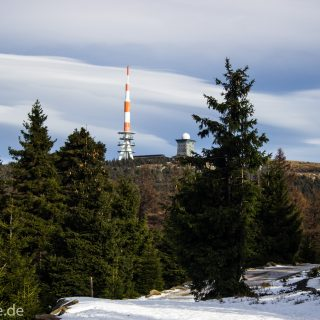 Wanderung zum Brocken über Goetheweg ab Torfhaus, Wanderung im Harz in Niedersachsen, Wanderweg auf Berg Brocken umgeben von schönem dichtem Wald, Reste von Schnee schmelzen, weite Aussicht zum Brocken, Wanderweg Goetheweg verläuft zeitweise neben den Schienen der Brockenbahn